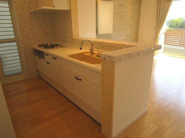 ホワイト基調の対面式キッチン