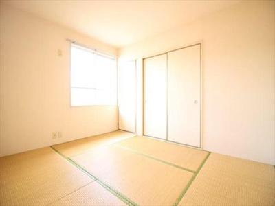 窓があるので明るい室内です。