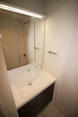 大きな鏡と収納力が特徴的な独立洗面台です。(新規交換済)