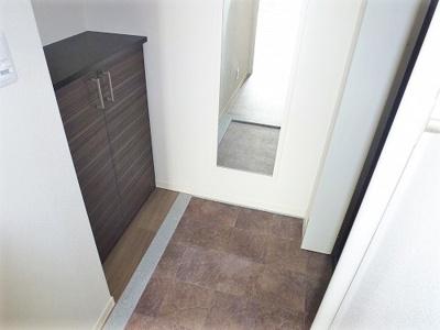 シューズボックスや鏡が付いて便利な玄関です