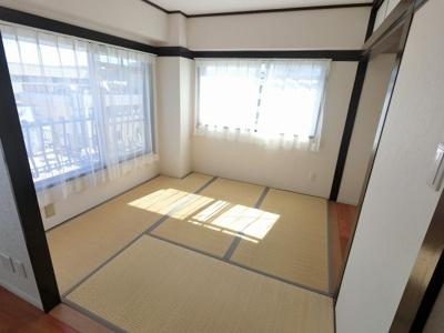 4.2帖の和室です。2面採光で日当たり◎