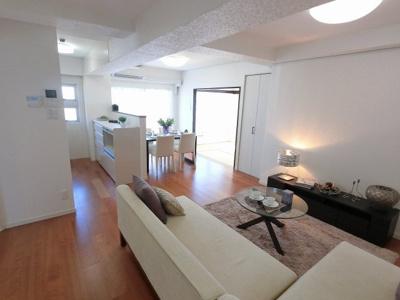 14.5帖のリビングはバルコニーに面しており日当たり・風通し◎ ダイニングテーブルやソファー、ローテーブルなどの家具もしっかりと配置できます。