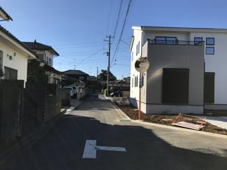 【前面道路含む現地写真】鴻巣市箕田の新築戸建 全3号棟 1号棟