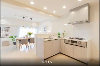 L字型キッチンはお話をしながら家事が出来ます。また色合いもとっても清潔感がある白基調です。