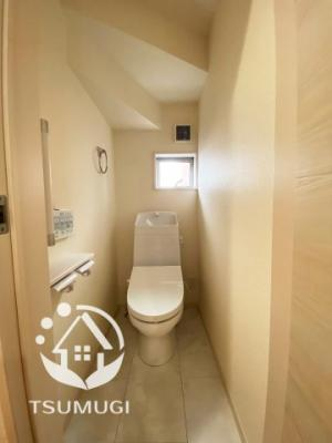 1階と2階、各階に設けられたトイレは、家族で混みあいがちな忙しい朝にとっても便利。 温水洗浄便座など、機能面もバッチリ!