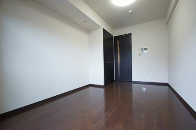 「清潔感溢れる床材を使用した居室です」