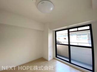 玄関横の洋室5帖です♪専用バルコニーが設けられております!明るく開放的な室内です(^^)