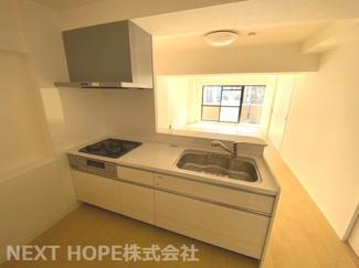新品のシステムキッチンです♪対面式でリビングが見渡せます!白色を基調とした洗練されたキッチンです♪