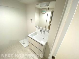 新品の洗面化粧台です♪シャワー水栓で使い勝手がいいですね(^^)鏡は三面鏡です!鏡の後ろは小物収納になっております♪