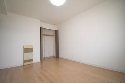 東側の洋室(7.2帖)です。大きな収納もあります。
