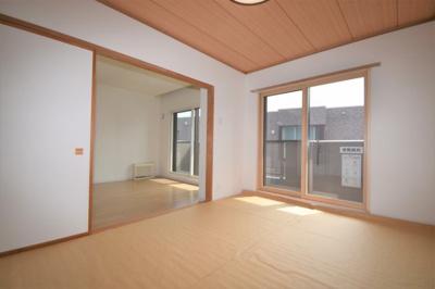 リビングに隣接している和室(6畳)です。