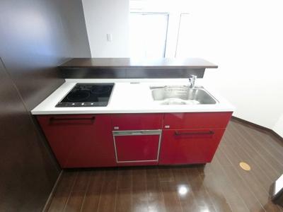 2口IHコンロのシステムキッチンです。 食器洗乾燥機付き、後片付けもラクラクこなせて、環境に優しい設備です。