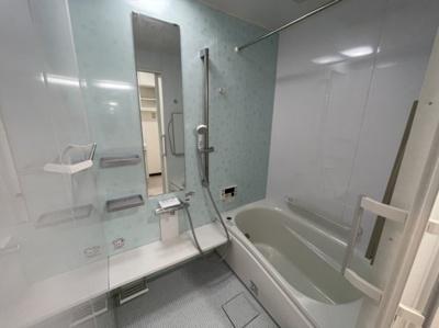 浴室も綺麗でラウンドタイプです。