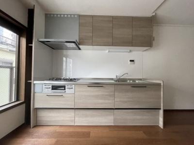 キッチンはホワイトウォルナット調の可愛いキッチンです。