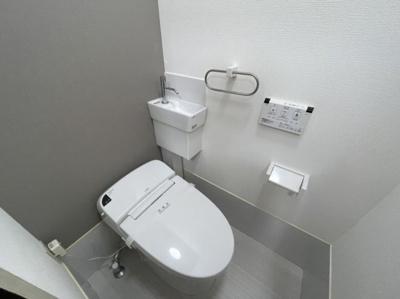 温水機能付きで綺麗なトイレです。