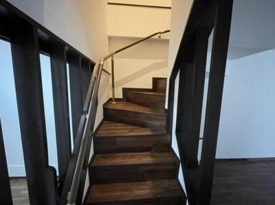 階段は手すり付き