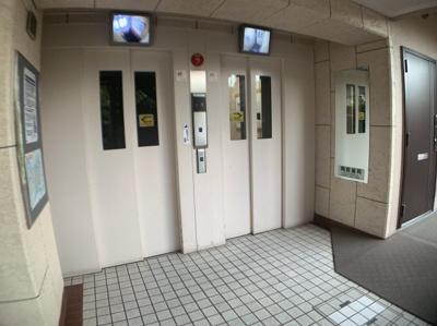 エレベーターは2基あります。上下階の移動に便利です。 防犯に嬉しいモニター付きです。
