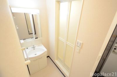 白を基調とした洗面所。