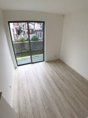 1階約4.5帖洋室の写真です♪ 裏庭から直接出入りも出来ますよ♪