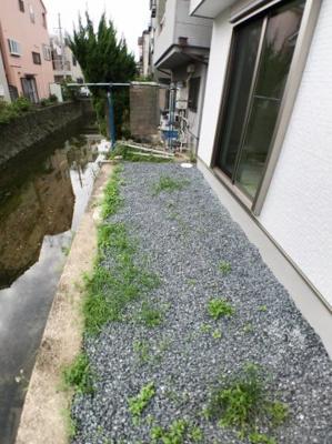 裏庭の写真です♪ すぐ横に川もございますので開放感ございますよ♪