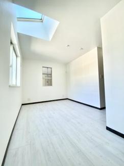 天窓がある明るい居室空間です。