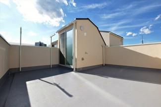 開放的な空間の屋上テラス付き、お布団を干したり、大量の洗濯物を干すのに十分な広さです