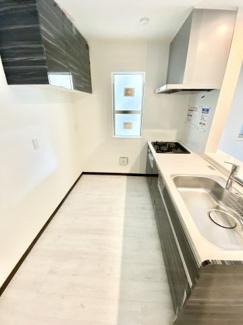 タカラスタンダードのホーローキッチン、食洗い乾燥機・蛇口一体型浄水器付き 吊戸棚も付いて収納力がございます