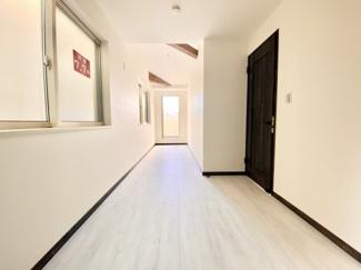 約7帖、吹き抜け天井の開放感のある明るい居室空間。