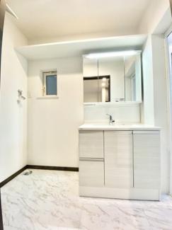 Panasonicの3面鏡の洗面化粧台でミラー裏にはたっぷり収納、 LEDの照明を採用、シャワー水栓付きです。上部にも棚がございます。