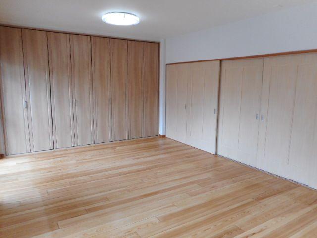 バルコニーに面した明るいお部屋。たっぷりのクローゼットを備えています。ダイニングとつなげて、リビングとして使うこともできますよ♪
