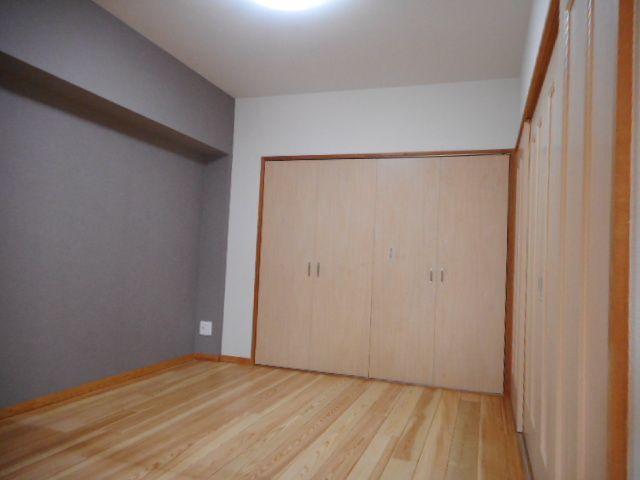 ダイニング横5.5帖の洋室。こちらもダイニングとは引き戸でフラットにつながっています。 各部屋にはクローゼットを完備しています!収納が多いお家はすっきりして快適空間です♪