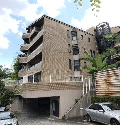 七隈線桜坂駅まで徒歩7分。とても便利な立地ながら、大濠公園までもほど近く落ち着きのある雰囲気の住宅街に建つオートロックマンションです♪