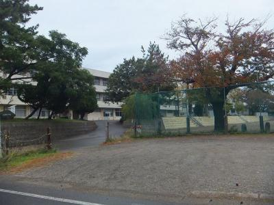大潟町小学校まで1320m