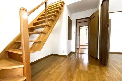《洋室4.7帖》お部屋の中にスケルトン階段があり、上にはロフトがあります。