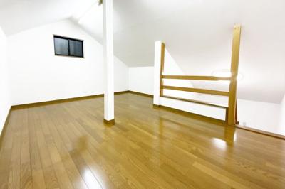 《ロフト9帖》広々としたロフトは9帖もありお部屋としても利用できますし、収納庫としても使えて便利です。
