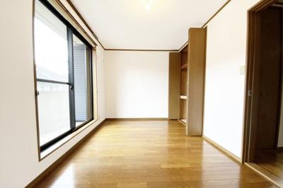 《洋室7.8帖》こちらのお部屋にもバルコニーがあります。収納もたっぷりサイズ!