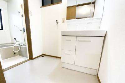 洗面化粧台の三面鏡裏に収納があり小物がしまえてスッキリ『水回りのリフォームなどご相談下さい。とにかく安く綺麗に!リフォーム費用を住宅ローンで借りたい!等お客様のご要望に合わせたご提案をさせて頂きます』