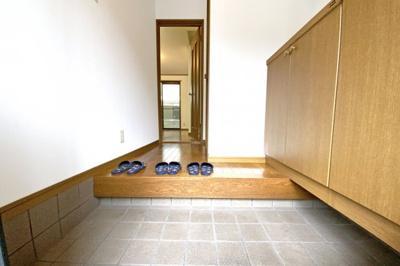 玄関にはシューズボックス完備『一度、実際にご覧になってみませんか?暮らしやすい周辺環境も含め、スタッフがご案内いたします。お家探しの第一歩としてでも大丈夫です(^^)/お気軽にお問い合わせ下さいね♪』