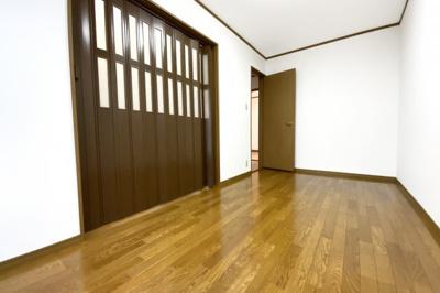 《洋室6.4帖》隣のお部屋との間に扉があり、扉を開放すれば広いスペースになります。