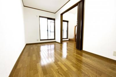 《洋室6.4帖》掃き出し窓の外にバルコニーがある明るいお部屋です。