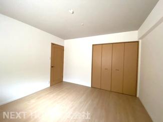 玄関横の洋室8帖です♪大きなクローゼットも設けられており、室内を有効に使用していただけます(^^)