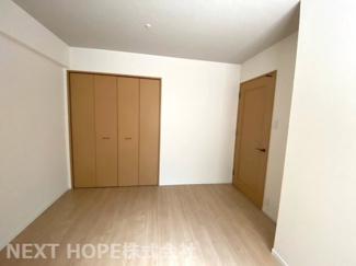玄関横の洋室5.8帖です♪独立した居室で、在宅ワークのお部屋としてもいいですね(^^)