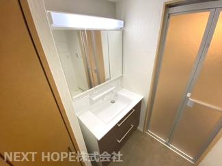 新品の洗面化粧台です♪シャワー水栓で使い勝手がいいです!鏡は三面鏡です!鏡の後ろは小物収納になっております(^^)