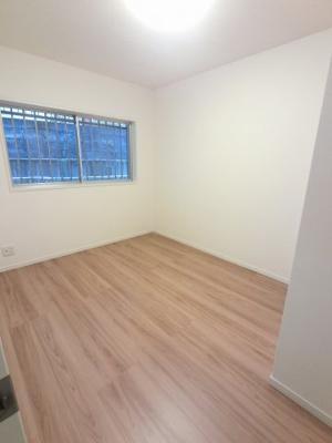 5.4帖の洋室です。 子供部屋やワークスペースとしても活用できます。