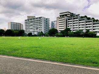 近隣には桃井原っぱ公園があります。1周500mのランニングコースがあるので、ちょっとした運動に最適です。お子さまとの遊び場として、犬のお散歩コースとして、近所のご友人との憩いの場として便利な公園です。