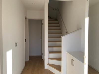 【同社工事施工例の写真です】暮らしやすさと安全の為に、階段には手すりを採用しています 窓もあり明るく風通りも良いです