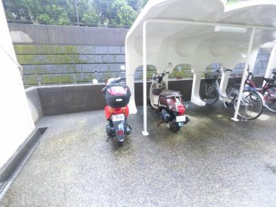 屋根付きバイク置場です。