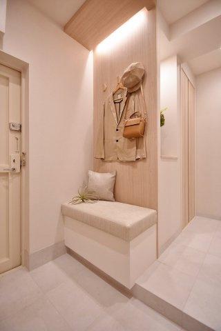 玄関には使い勝手の良いベンチを設置