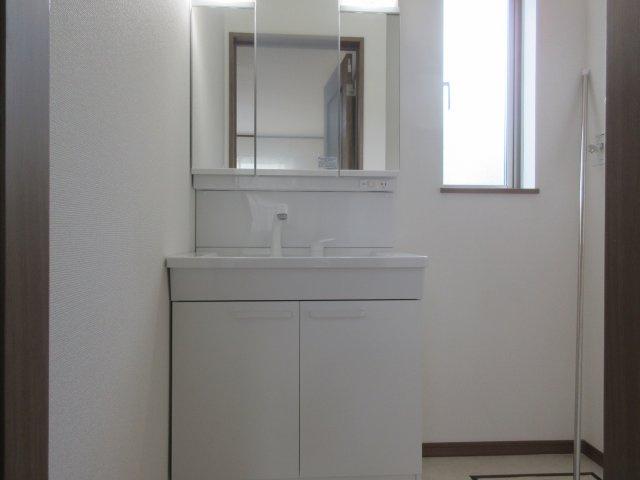 毎朝の身支度を整えるのに便利な三面鏡洗面台。メイクやヘアセット時に左右のバランスを同時に確認できるので、とても便利になっています♪