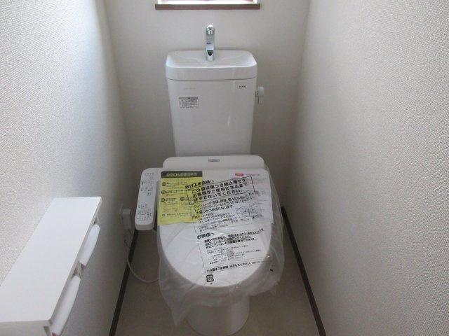 温水洗浄付きのトイレです。もちろん窓もあり換気もしっかりできます。